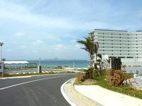北部のホテルオリオンモトブリゾート&スパ(2014年7月開業) - 坂の下がエメラルドビーチ