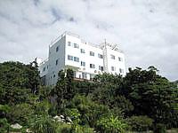 伊江島のホテルヒルトップ伊江島 - まさに丘の上にあって景色がよさそう