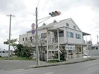 伊江島の民宿マルコポーロ - 伊江島で数少ない信号機の近く