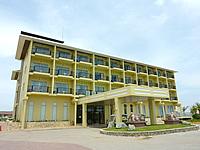 伊計島のAJリゾートアイランド伊計島(2014年4月頃再オープン・旧ビッグタイムリゾート) - ホテル棟は色が塗り替えられて黄色い建物