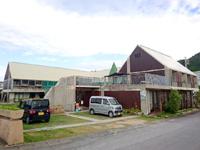 平安座島のプチホテル 光と風 - 屋根が緑で覆われているのが印象的