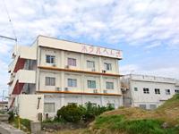 平安座島のアイランドホテルへんざ - 建物もかなり古そうです