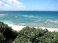 池間島のアイランドテラスニーラ - ホテルの先のきれいな海