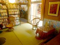 伊良部島のゲストハウス カサ・デ・アマカ/casa de hamaca - 1階の共用部分には本がたくさん