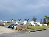 伊良部島のフェリスヴィラスイート伊良部・佐和田 - 白い建物は清潔感がある