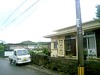 伊良部島のゲストハウス んみがまや〜(旧イラブラブ) - 窓にイラブラブの名残があります