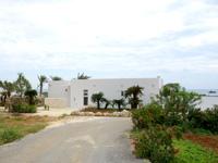 伊良部島のday's beach hotel瑞兆/デイズビーチホテル瑞兆/レストラン ル・フレ/Le Frais - 1つだけ違う建物。客室?フロント?
