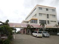 伊良部島のホテルサウスアイランド - 1階がスーパーで2階にフロントとレストラン