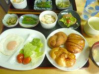 西表島の民宿かまどま - 朝食には船浮パンが食べ放題?