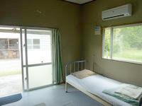 西表島の素泊民宿かまどま/民宿かまどま離れ(旧みんしぐけー) - 洋室は窓が2つあって風通しが良い