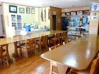 西表島のカンピラ荘 - 食堂もロビーの並びにある