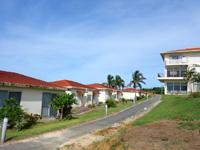 西表島のラ・ティーダ西表 - フロント棟の海側にコテージ群