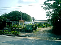 西表島の西表自然学校 - 左が無人販売所で、奥が宿&バーの入り口
