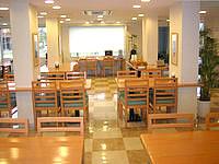 石垣島のホテルベストイン石垣島 - ロビーはこんな感じで窓際にパソコン有り