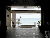 石垣島の石垣リゾート グランヴィリオホテル - エントランスの先には海が広がります