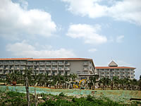 石垣島の石垣リゾート グランヴィリオホテル - 海側から高層棟を見る