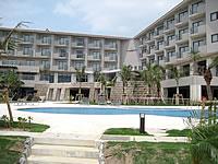 石垣島の石垣リゾート グランヴィリオホテル - プールはホテルと海の間に