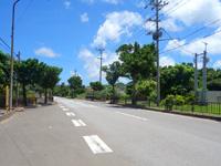 石垣島のサン・グリーングラス リゾートホテル - 目の前が伊野田校バス停