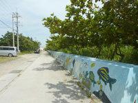 石垣島のゲストハウスコーラル - 目の前の防波堤の道を進みます