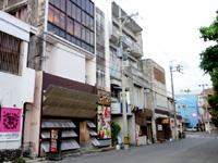 石垣島の石垣ゲストハウスハイブ - 居酒屋の3階以上のガラス窓部分が宿?