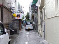 石垣島の石垣ゲストハウスハイブ - 入口は脇の路地の奥の奥の水色部分