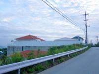 石垣島のホテル海邦 フサキ本館/別館 - 道路側にあるのが別館で本館は奥