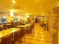 石垣島の南の美ら花ホテルミヤヒラ - 朝食会場は狭くて混雑している