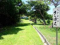 石垣島のペンションさっぽろ - 幹線道路から見ると坂の上に宿