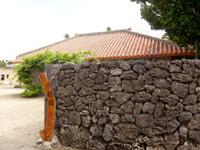 石垣島の民宿イラヨイ - 赤瓦の別館は道路を挟んだ場所