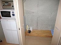 石垣島のリゾートイン ラッソ石垣 - 収納にはタオルなどの備品があり