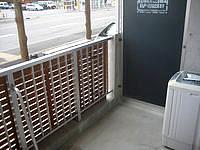 石垣島のリゾートイン ラッソ石垣 - 洗濯機は屋外ですが1階だと目の前がバス停