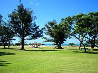 石垣島のロイヤルマリンパレス - ホテルの前には広い芝生があります