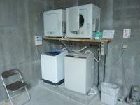 石垣島の先島ビジネスホテル - 洗濯コーナーは屋上の倉庫部分