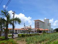 石垣島の石垣シーサイドホテル - 幹線道路から入ってきたところ