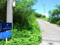 石垣島のウィンディ アース サイレントクラブ - 幹線道路の小さい看板を見落とすな