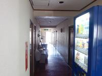 石垣島のすどまり館 - 廊下は薄暗いが自販機が便利