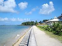 石垣島のビーチホテルサンシャイン - ホテル前の海は防波堤