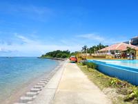 石垣島のビーチホテルサンシャイン - ホテルと海の間に外の遊歩道有り