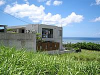 石垣島のヴィラ・ヤマバレ - 部屋は坂の下にあるようです