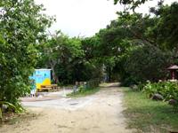 石垣島の米原キャンプ場 - 有料駐車場側の水色の建物は勝手施設