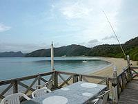 加計呂麻島の来々夏ハウス - 屋外デッキからはビーチが一望