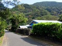 加計呂麻のゲストハウス結 - 実久集落の海沿いの道にあります