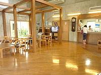 北大東島のハマユウ荘うふあがり島 - フロントは広く無線LAN接続可能