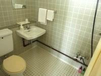 北大東島のハマユウ荘うふあがり島 - シャワーとトイレは一緒で洗浄便座無し