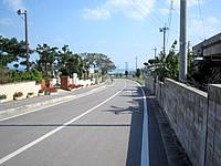 小浜島の民宿だいく家/だいくやぁ〜 - 民宿前のメイン道路はそのまま海(港)へ