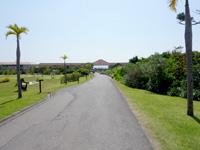 小浜島の小浜島ビーチ&リゾート はいむるぶし - フロント棟の先の宿泊棟。ビーチはさらに遠い