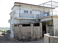 小浜島の民宿かやま荘 - 左手奥にシュガーロードが見える