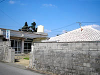 小浜島の民宿きよみ荘 - この赤瓦が印象的な宿