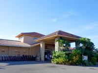 小浜島のホテルニラカナイ小浜島(旧星野リゾート リゾナーレ小浜島/小浜島リゾート&スパ ニラカナイ/ヴィラ ハピラ パナ) - フロント棟はゴルフ場の先