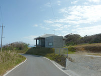 古宇利島のムカカヴィラ古宇利島/MUKAKA VILLA - 渡海浜へと下っていく道にあります